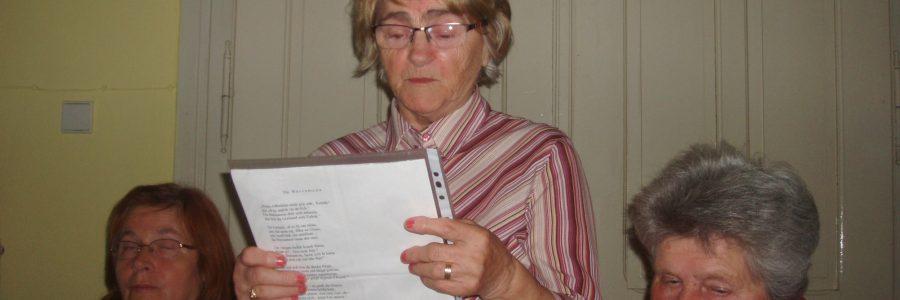 Frau beim Literaturkränzchen in Einsiedel an der Göllnitz