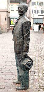 Hermann Hesse-Skulptur auf der Nikolausbrücke in Calw