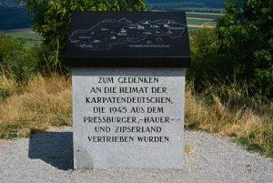Der Gedenkstein an die Karpatendeutschen auf dem Braunsberg.