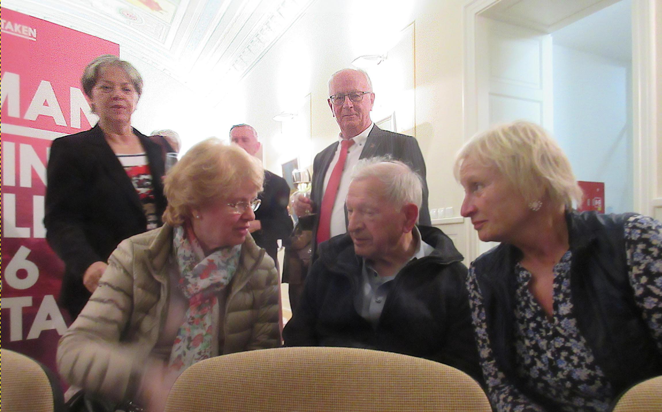 Viele Gespräche kamen bei der Vernissage auf.