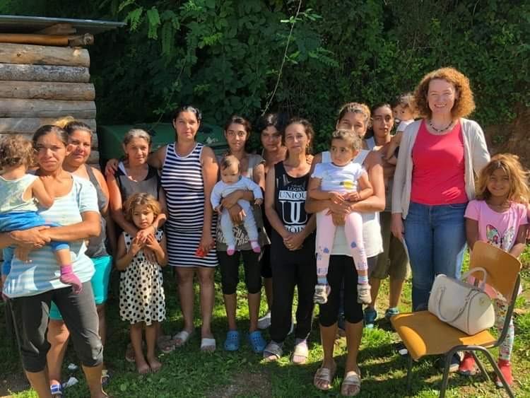 Die Pfarrerin bei einem Projekt mit Angehörigen der Roma-Minderheit