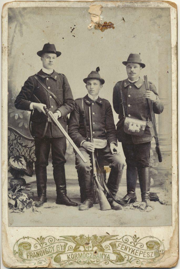 Fotografie um das Jahr 1902. Zu sehen sind drei Waldhüter, die dem Baron Revay aus Moschotz/Mošovce in seinen Wäldern gedient haben. Urgroßvater Ignaz Stricz (1868-1956) steht ganz rechts. Wer die anderen zwei sind ist bis dato unbekannt.