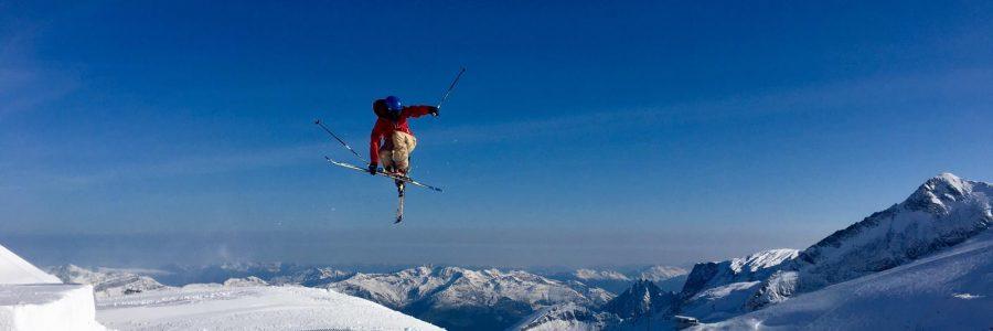 Richard im Sprung auf Skiern
