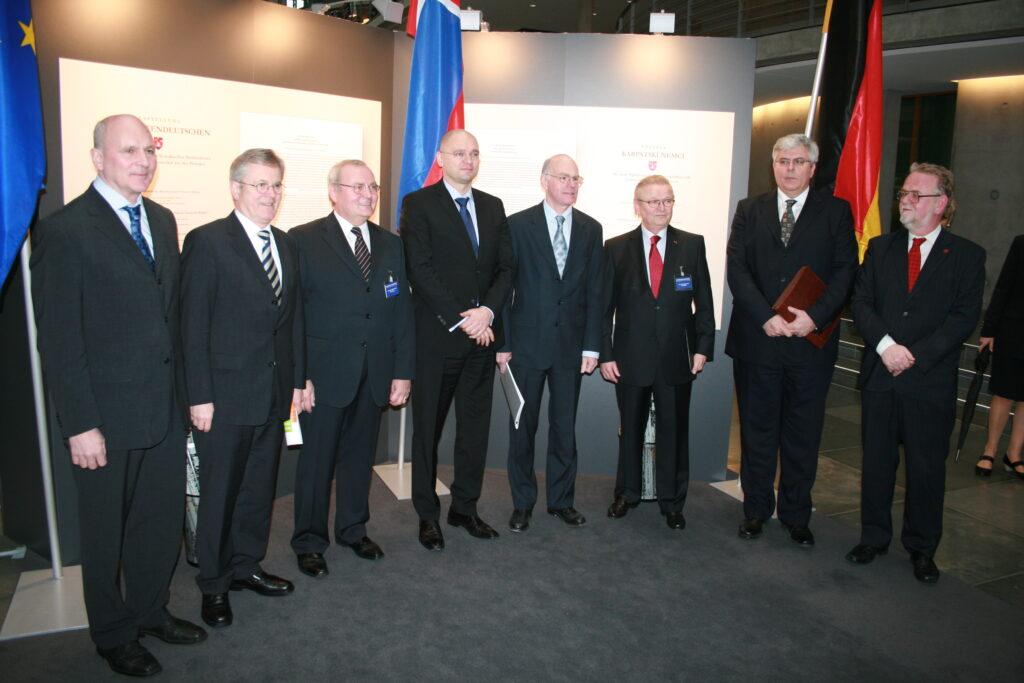Bei der Eröffnung der Ausstellung über die Karpatendeutschen im Deutschen Bundestag 2011: František Mikloško, Axel Hartmann, Ondrej Pöss, Richard Sulík, Norbert Lammert, Walther Greschner und Igor Slobodník.