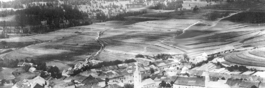 Blick auf Rissdorf: links die katholische und rechts die evangelische Kirche
