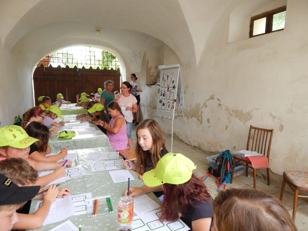 Die Kinder lernten fleißig Deutsch.