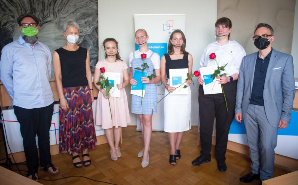 Der Leiter des Goethe-Instituts Slowakei, Markus Huber, die Botschafterin Deutschlands, Barbara Wolf, die Finalistinnen des Wettbewerbs und Christoph Henßen von der Zentralstelle für Auslandsschulwesen